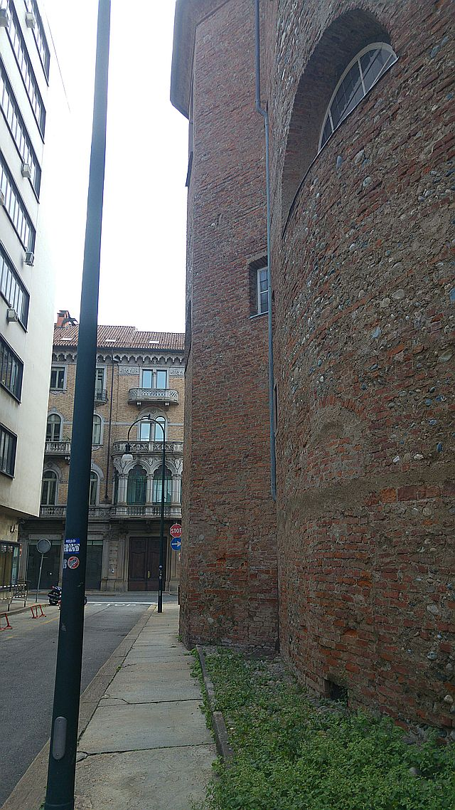 Looking towards our targeted building, the contrast with the medieval building on the right